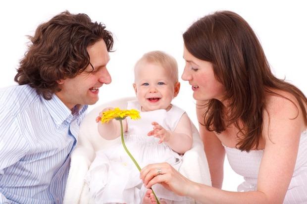 padres con un bebe