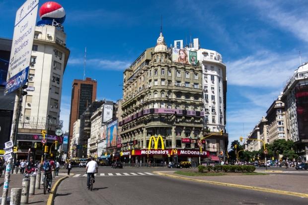 Esquina de Corrientes y Carlos Pellegrini. Buenos Aires